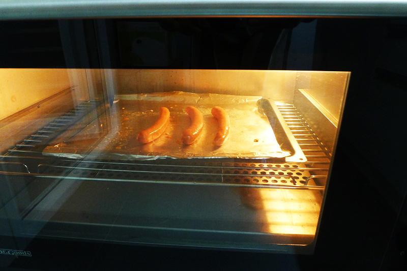 將香腸放進預熱至170度的烤箱,烤約20分鐘。