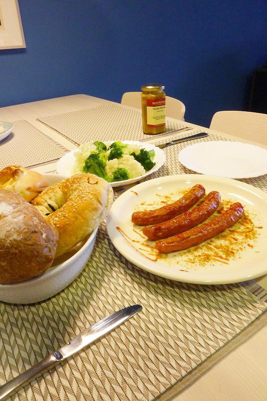 擠上番茄醬、粗黑胡椒粒、咖哩粉即可上桌。