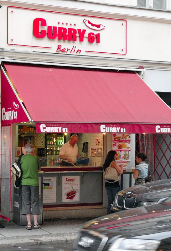 再吃一次的咖哩香腸小吃攤就在哈克雪附近。